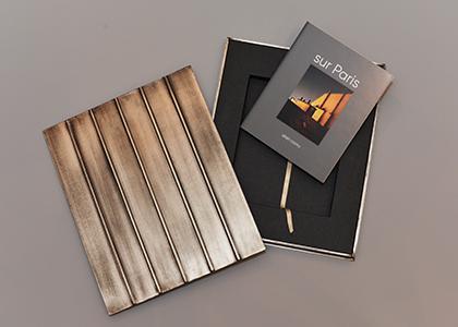 Le livre et son coffret réalisé par Alain Cornu, effet toit garanti.