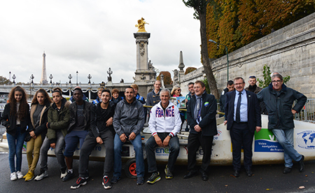 L'équipe VNF et les jeunes qui ont suivi cette aventure autour de Charles Hedrich