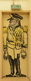 Un officier et ses décorations ou le gardien des lieux avec ses trousseaux de clefs.