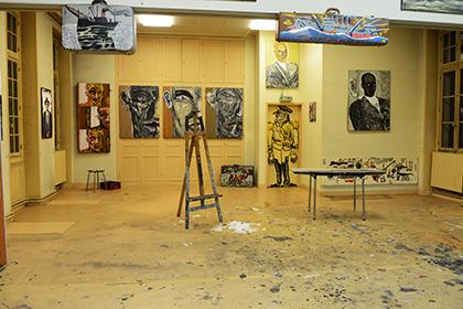 L'atelier du peintre., Son chevalet est vide. Ses valises sont prêtes. Les oeuvres ont trouvé leur place.