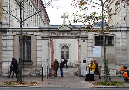 Entrée de l'Institut des Jeunes filles aveugles et du couvent au 88 avenue Denfert-Rochereau.
