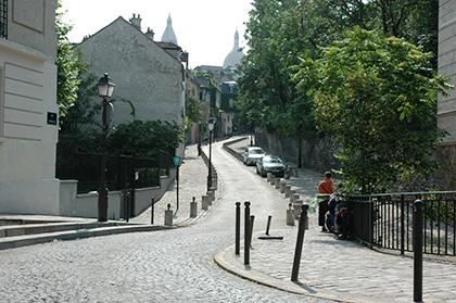 Rue de l'Abreuvoir, beaucoup de bittes de toutes sortes dans cette si jolie rue