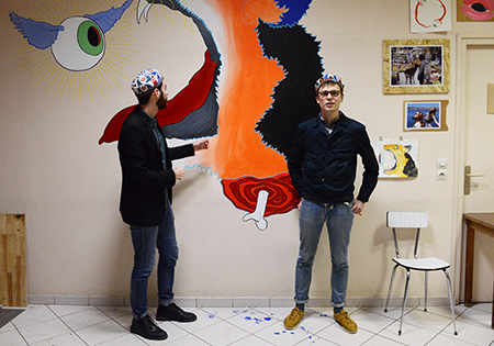 Antonin Vial toujours le pinceau à la main. Avec Clément Bataille ils se sont approprié cette pièce où seul resté le piano.