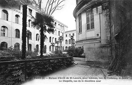 A gauche, les bâtiments de la nouvelle Médiathèque Françoise Sagan ouverte en 2015, ont remplacé les anciens bâtiments de cette carte postale. La chapelle est toujours là. Des palmiers ont remplacé les tilleuls.