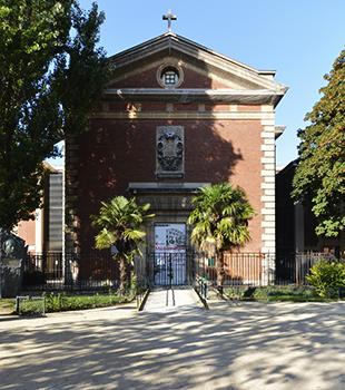 La nouvelle chapelle construite par Louis-Pierre Baltard en 1824, la première sera détruite, donnait sur la cour de promenade. L'architecte en prit une partie pour sa chapelle. Il créa ainsi une troisième cour qui desservira la nouvelle infirmerie.