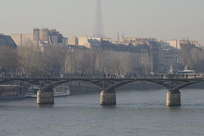 Au loin dans le brouillard on distingue le contour de la tour.