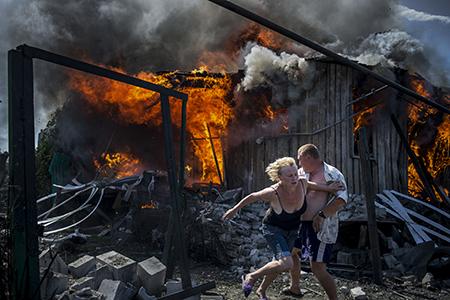 des civils en fuite à Luhanskaya (Ukraine) qui vient d'être bombardée, photo de Valery Melnikov.