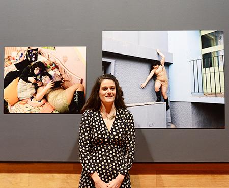 La photo préférée de Sandra Mehl devenue leur amie : Maddelena, le jour de ses 11ans en robe à paillettes n'hésite pas à escalader un muret.