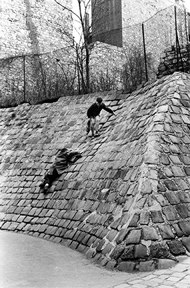 Enfants à Montmartre jouant, 1955, avenue Junot, passage du rocher de la sorcière.
