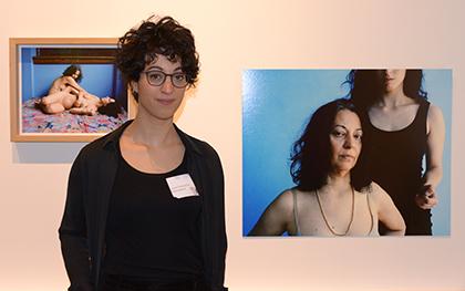 Aruna Canevascini a choisi de mettre en scène la relation qu'elle entretient avec sa mère Villa Argentina dans le sud de la Suisse. Sa mère, artiste iranienne a passé son enfance à Téhéran.