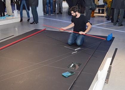 Enrique Ramirez produit une voile devant le public.