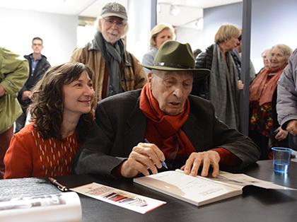 Jean Marquis enveloppé de la tendresse des siens, lors de cette exposition.