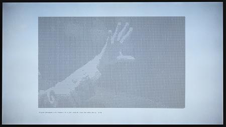 Les chiffres dessinent un geste des milieux boursiers en temps réel. Une création de Samuel Bianchini. Il évoque pour nous les premiers dessins chiffrés générés par les premiers ordinateurs.