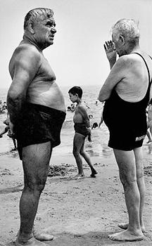 Deux hommes sur la plage et un garçon. Coney Island, New York, 1950.